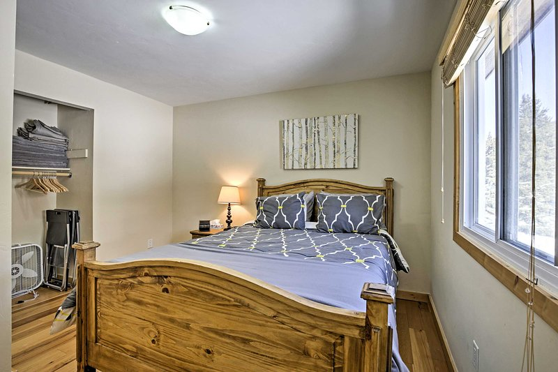 The queen bed in this room promises a relaxing evening.