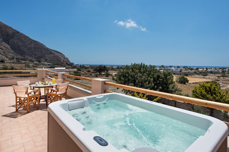 Summer House Collection Luxury 3 Bedroom Villa Stella close to Black Sand Beach, vacation rental in Perissa