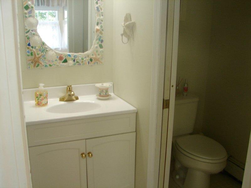 banheiro privativo possui compartimento de WC separado.