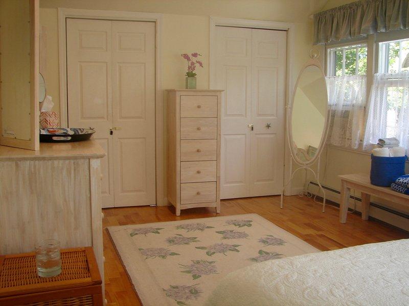 Bonito, grande, claro, arejado e confortável quarto.