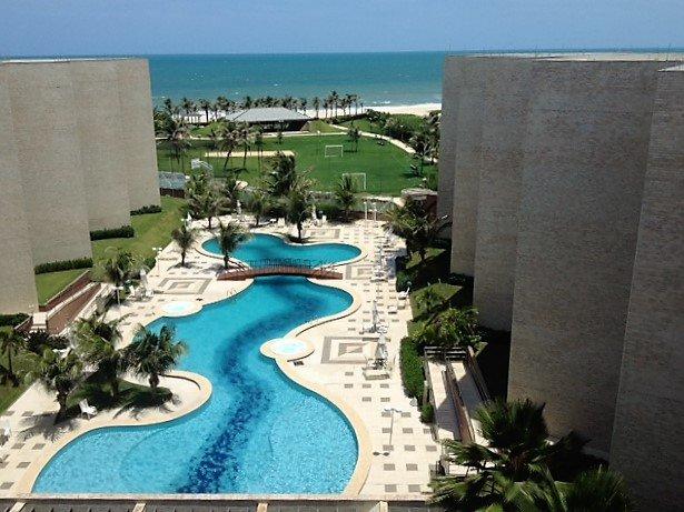 Vista geral das piscinas, quadras esportivas e barraca de apoio a praia