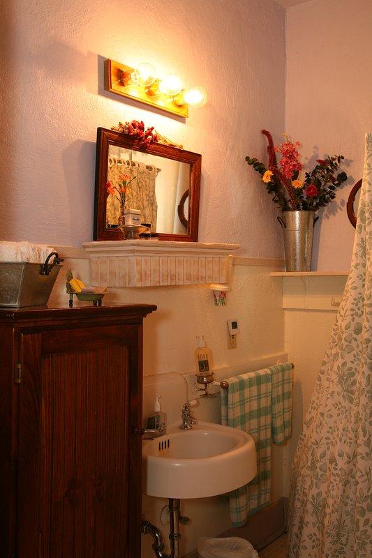 Notre salle de bain dispose d'une baignoire Antique- clawfoot avec toutes les commodités dont vous avez besoin!