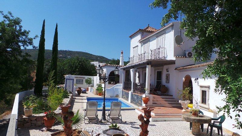 Charming 3 bedroom Villa with Pool and stunning panorama sea views, holiday rental in Alfarrobeira
