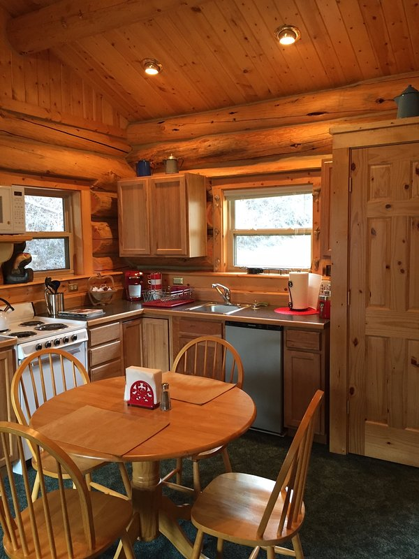 Cocina completa con mesa de comedor y 4 sillas. Parrilla de barbacoa en cubierta