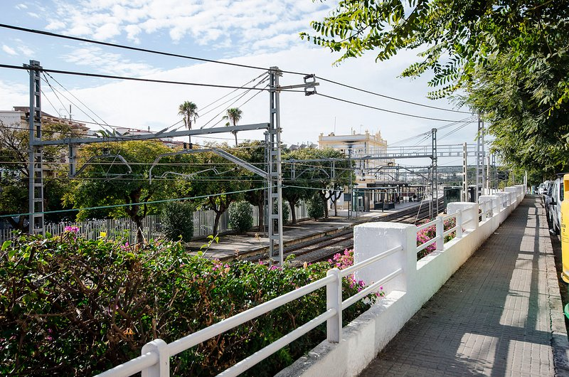 100m de la estación de tren a Barcelona/ 100m to train station to Barcelona / 100m/ 100m de la gare.