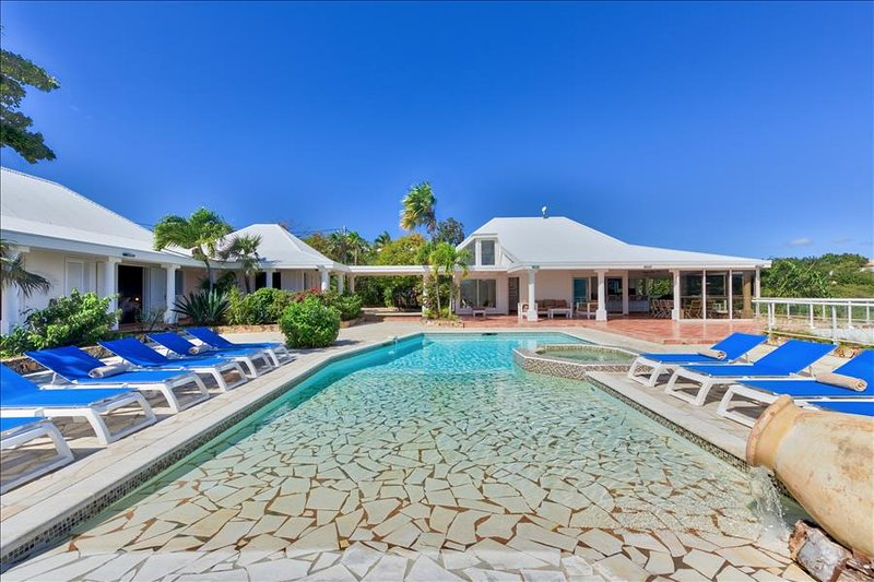 5-bedroom villa with a beautiful panoramic view, location de vacances à Baie Nettle