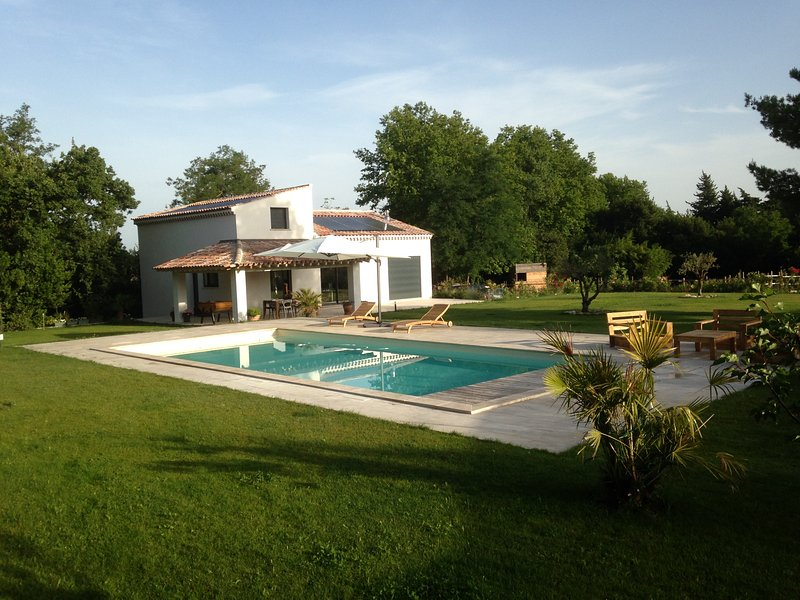 Amazing villa with swimming-pool, holiday rental in Eyragues