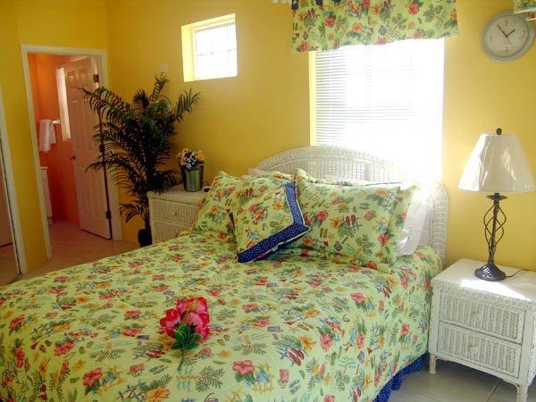 Dormitorio principal con cama de matrimonio y baño