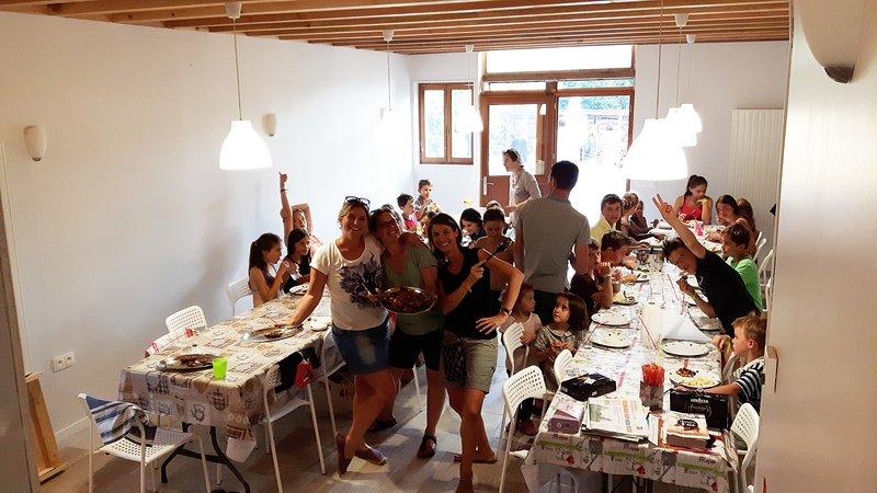 NOUVEAU! pour les groupes: 50 personnes endroit pour manger et faire la fête ensemble.