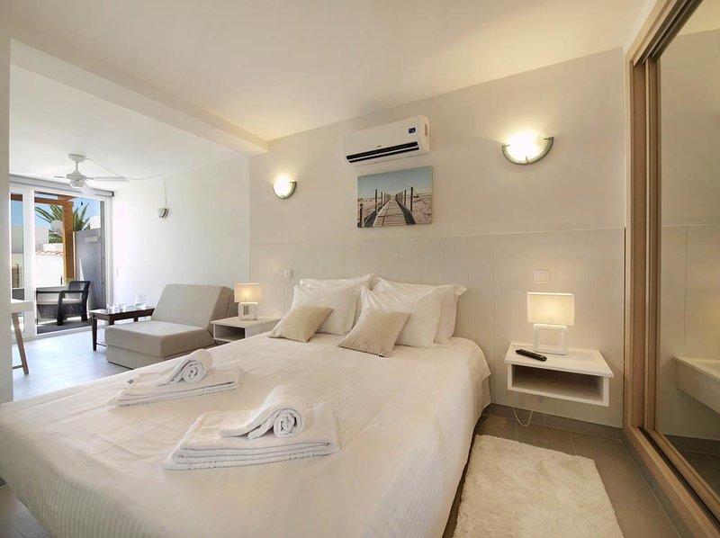 Très belle maison en bord de mer à Praia da Luz (Lagos) - Algarve, holiday rental in Bensafrim