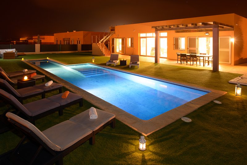 Pool, MiniGolf and Direct Golf/Ocean views, holiday rental in Caleta de Fuste