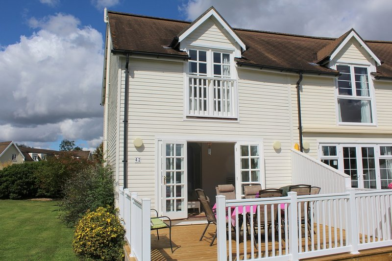 Casa del Lago, Windrush 42 - 3 Bedroom Lakeside lodge in the Cotswolds, holiday rental in Poulton