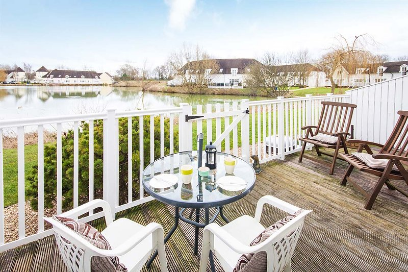Little Maine, Isis 31 - 3 bedroom lakeside lodge in the Cotswolds, holiday rental in Poulton