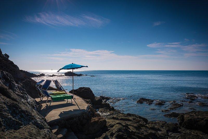 Villa sulla scogliera con accesso diretto al mare, vacation rental in Castiglioncello