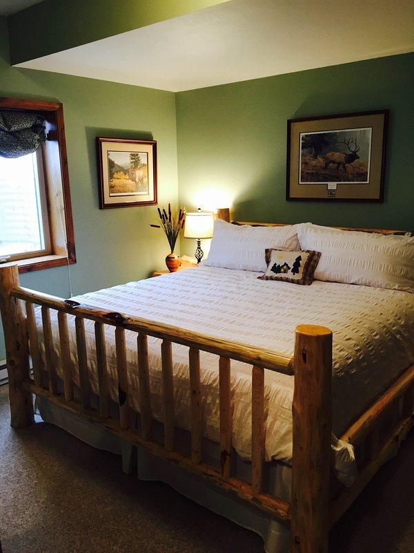 Notre chambre Elk avec journal confortable lit king