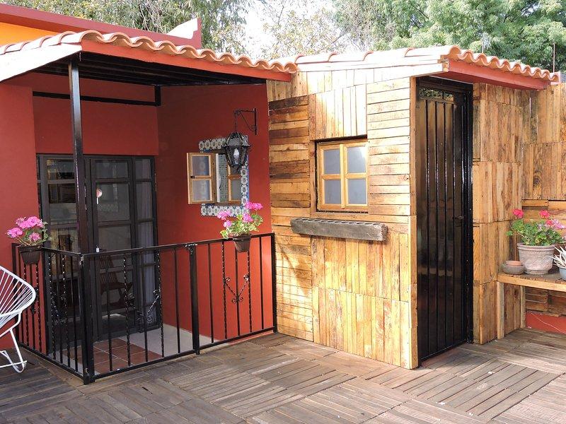 Cuarto independiente en la terraza, cama queen y doble sofá cama; baño privado.