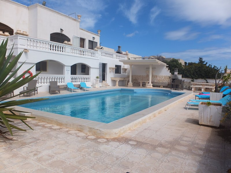 Luxury Villa with very large pool, vacation rental in Mellieha