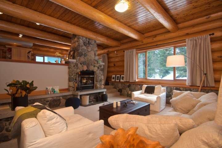 Grande sala com escorrendo com Whistler charme e conforto