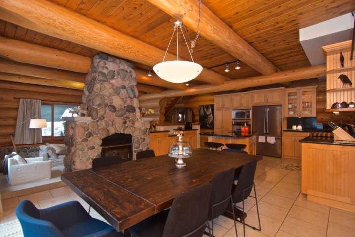 enorme cozinha conceito aberto com aparelhos de ponta e muito espaço para toda a família