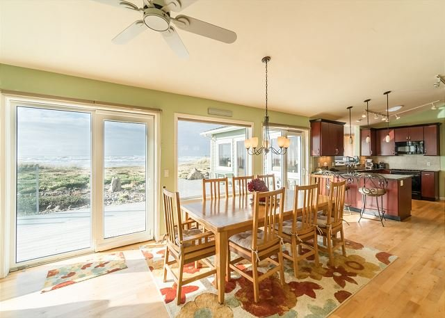 Experience this modern oceanfront home on Waldport's secluded beaches!, vacation rental in Waldport