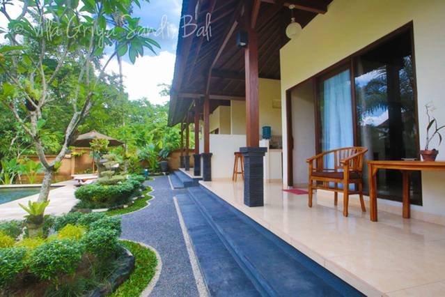 coin salon et jardin luxuriant