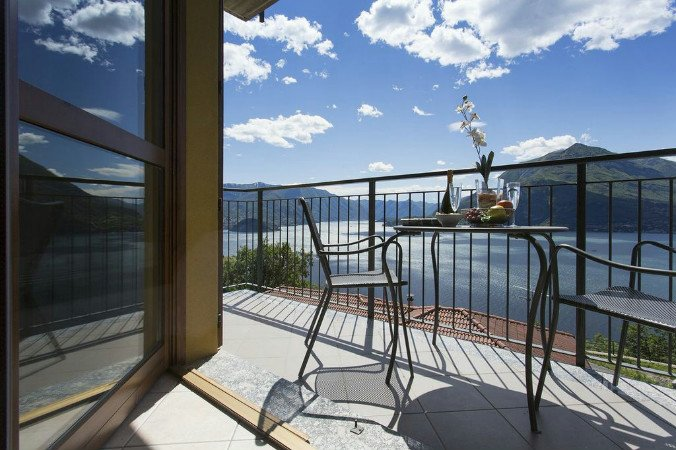 Vista d'Oro Ulivo Apt. 8, holiday rental in Perledo