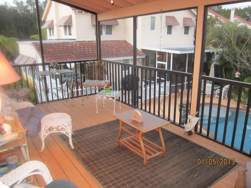 Große Veranda mit Blick auf Pool und Garten