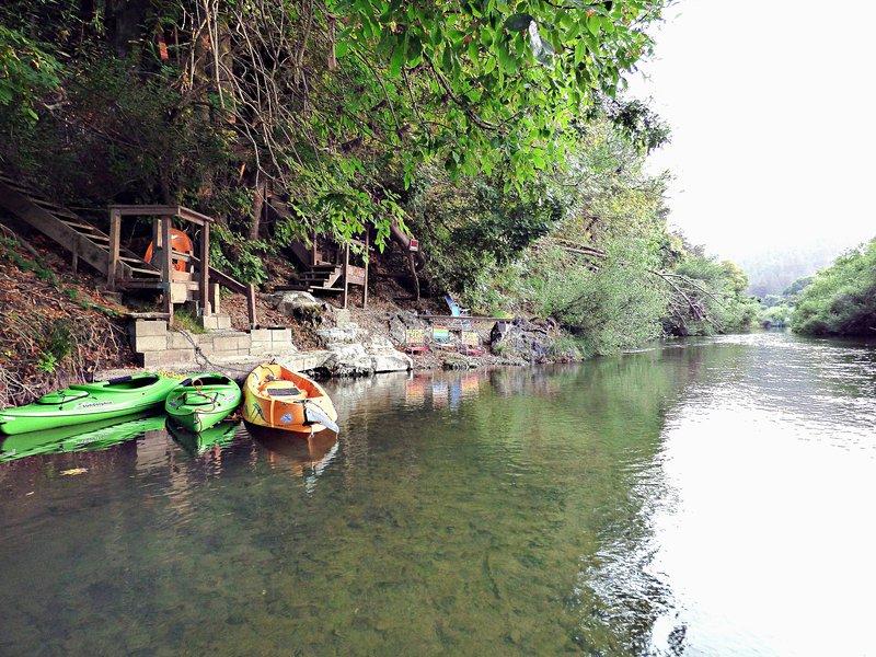 Notre plage privée (pour nos clients seulement) - vue sur la rivière: chaises de plage, 3 kayaks fourni