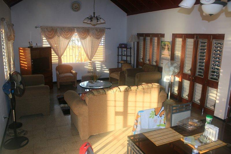 Öppna koncept vardagsrum och matplats