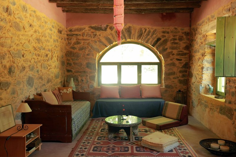 Sebronas Inn-Cozy nature lodge offering privacy,ideal for large groups & couples, holiday rental in Sougia