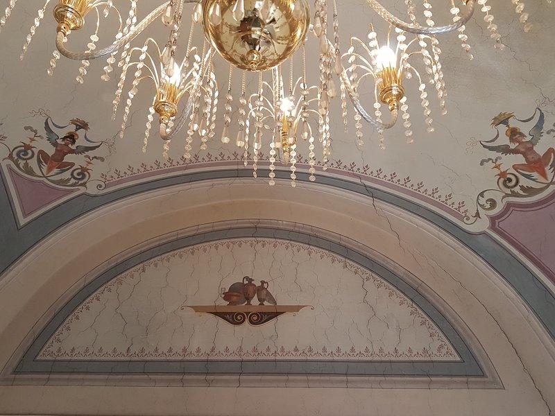 Antiguo palacio en el departamento de techos altos abovedados con frescos.