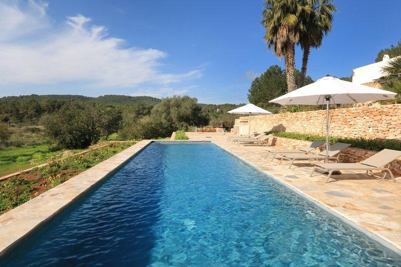 This finca/villa is in the countryside of Santa Eulalia (3 mn) close to the beau, casa vacanza a Santa Eulalia del Río