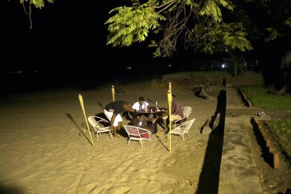 Desarrollado por una luz de inundación 400 vatios, la playa vuelve a la vida