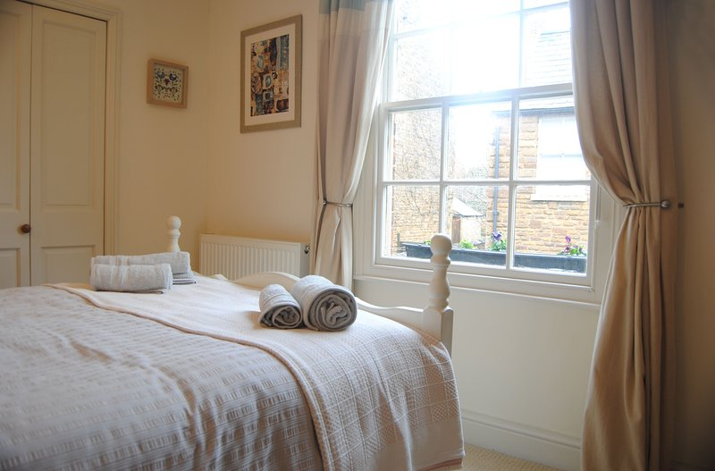 Character spacious High Street apartment in the heart of historic Uppingham, holiday rental in Uppingham