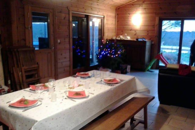 Maison en bois massif sur 1 hectare avec baignade naturelle, vacation rental in Jarnac