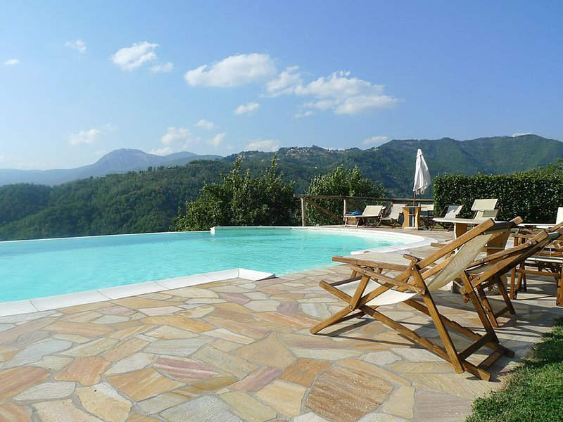 Stylish 2 bedroomed house with infinity pool and stunning panoramic views, vacation rental in Pieve Fosciana