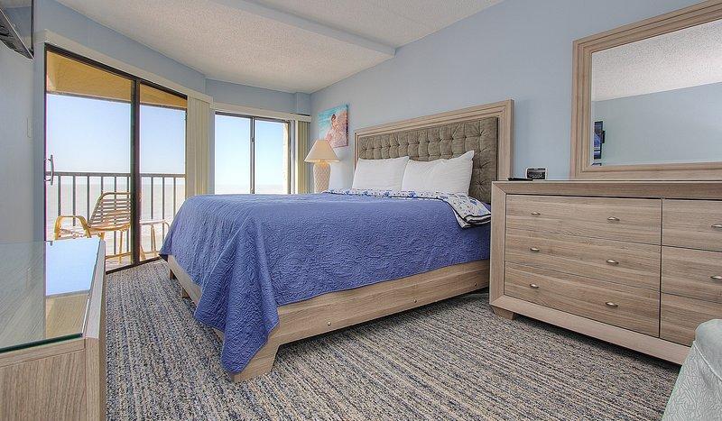 Lussuoso letto king size, vista sul Golfo e accesso al balcone vi aspettano al Arie Dam 402
