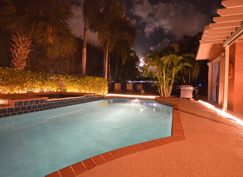 Tropical Sanctuary Nr Beach - Pvt Salt Water Pool! Moments to PB, location de vacances à Palm Beach