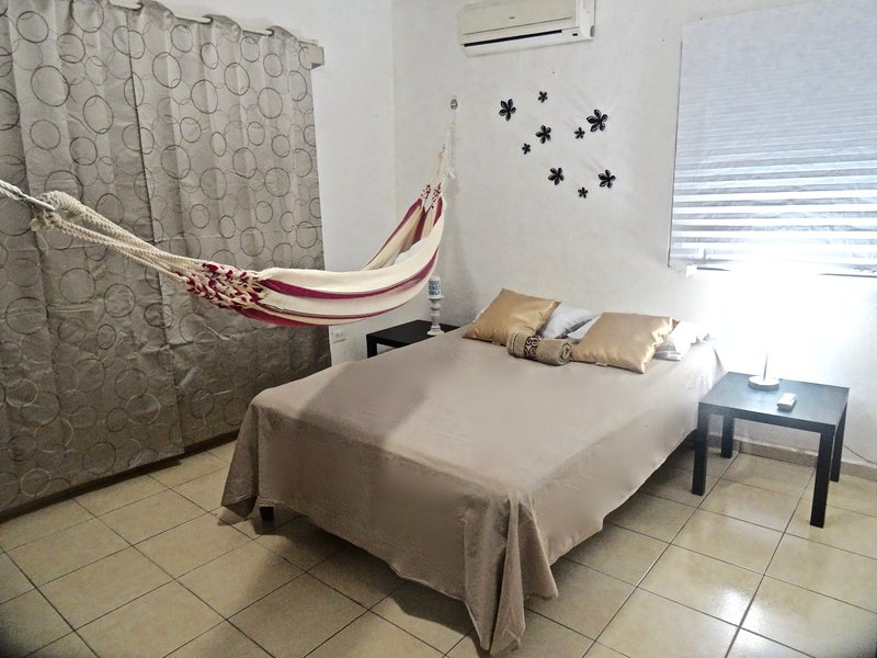 Apartment for up tp 6, CENTER Cancun, walk everywhere, holiday rental in Cancun