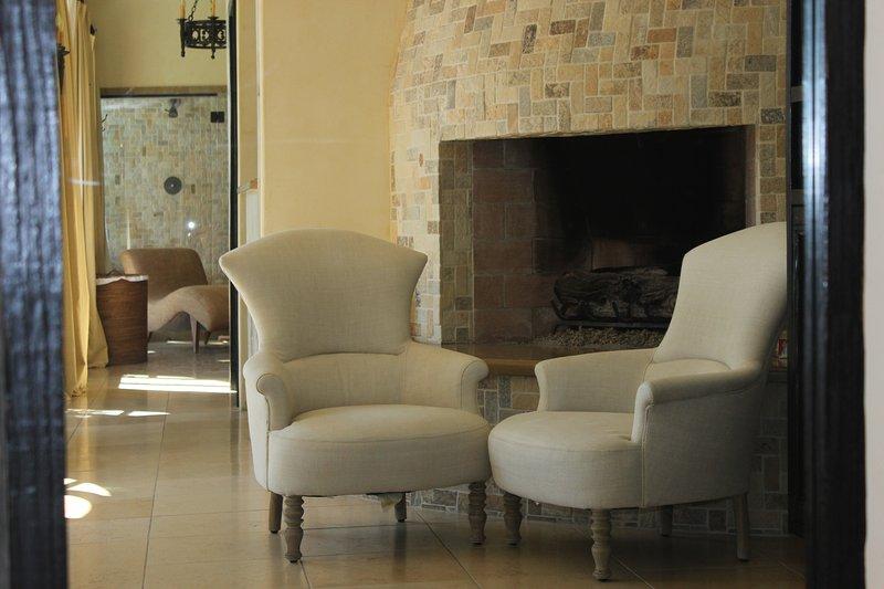 Grande cheminée en pierre pour vous garder au chaud pendant les nuits froides du désert. Los Feliz Hébergement, 90027.