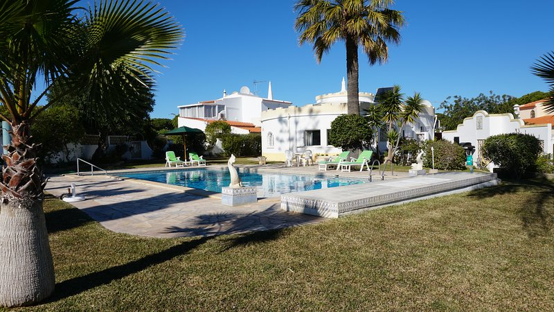 UNIQUE VILLA SLEEPS 6 WITH SWIMING POOL, QUARTEIRA, holiday rental in Vilamoura