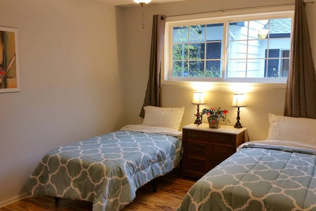 """Dormitorio con dos camas individuales - Recientemente agregó una """"TV LED 48 a la pared en esta habitación Excelente para los niños."""