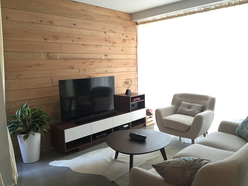 The living room includes premium TV channels. There is also high-speed wifi (25 mbps) throughout.