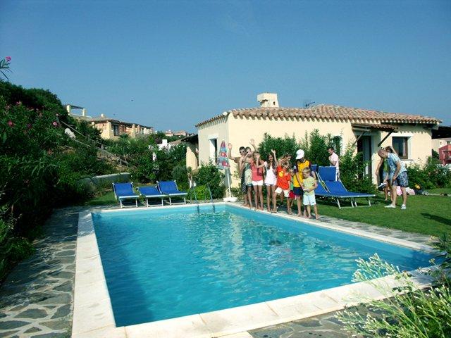 Spaziosa villa con piscina privata per 14 persone, vacation rental in Stintino