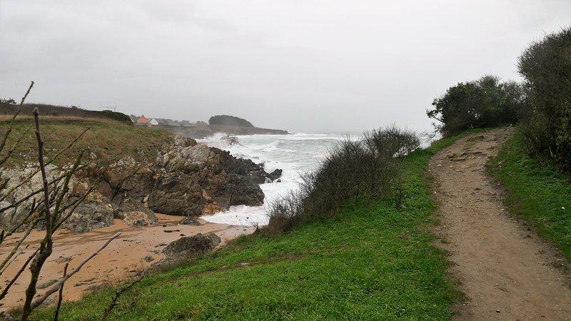 yodo paseo marítimo de la GR3 lo largo de un mar embravecido Doëlan