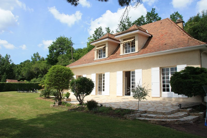 HAUTE FAURE: SUPERB HOLIDAY HOUSE WITH ALL MOD-CONS & PRIVATE POOL, casa vacanza a Audrix