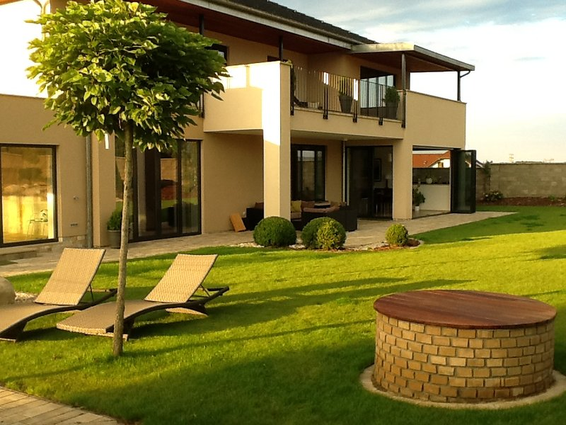 Elegant villa  20 min from Prague, with swimming pool and tennis court, alquiler de vacaciones en Central Bohemian Region