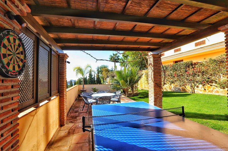 Mesa de ping pong y dardos. Tenis también está disponible en el tenis de la comunidad de tenis.