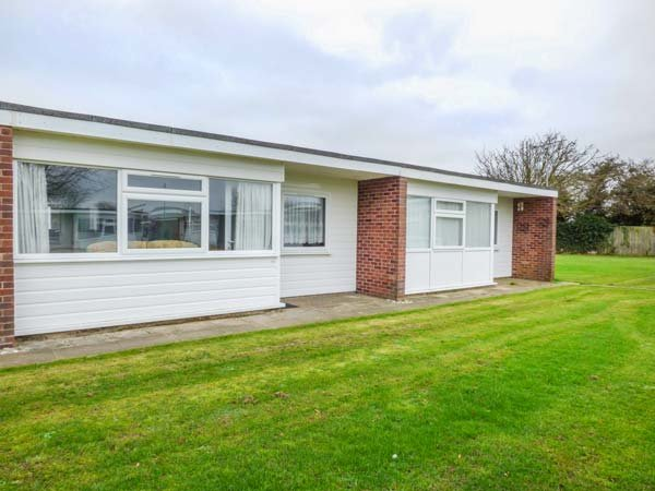 123 BEACH ROAD, open plan, shared lawned area, close to beach, Hemsby, Ref, holiday rental in Ormesby St. Margaret