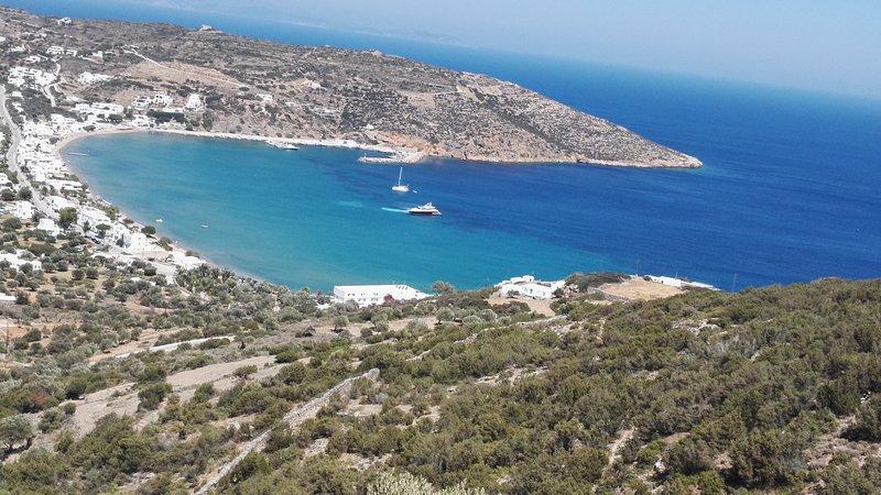 Nossa casa aparece à direita na colina, em frente à majestosa Baía de Agios Ioannis ...